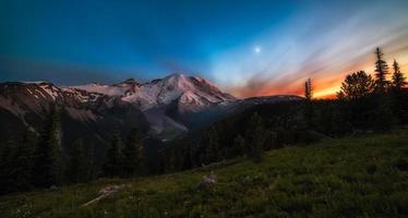 pôr do sol sobre a montanha foto