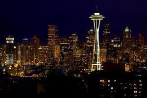 agulha de espaço skyline seattle à noite foto