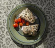 sanduíche de rolo ciabatta com tomate foto