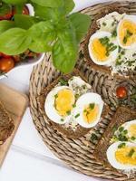 sanduíches saudáveis de trigo integral com ovos e cebolinha