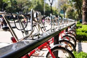 bicicletas no estacionamento da cidade foto