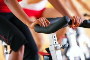 uma bicicleta exercitando a aula em uma academia foto