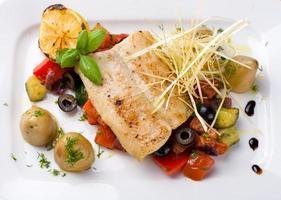 peixe com legumes grelhados foto