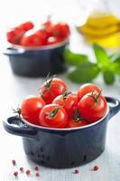 tomate cereja e manjericão na caçarola
