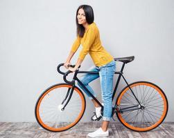 mulher sorridente com bicicleta foto