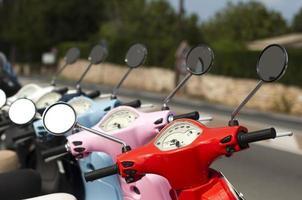 linha de ciclomotores multicoloridos mostrando guidão