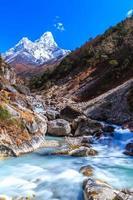 montanhas cobertas de neve e vale da geleira