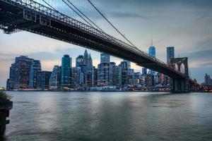 a ponte de brooklyn com o manhattan atrás foto