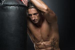 lutador de mma praticando com saco de boxe