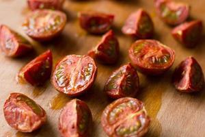 tomate cereja fatiado foto