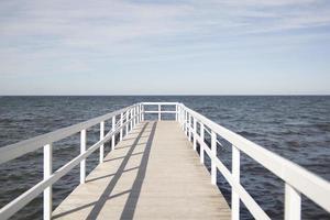 cais de madeira no mar foto
