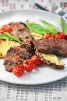 carne grelhada tomate e abacaxi foto