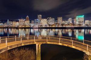skyline de portland da ponte pedonal foto