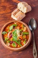 sopa minestrone com macarrão, feijão e legumes foto