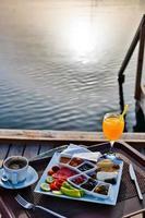 café da manhã à beira-mar com sol foto
