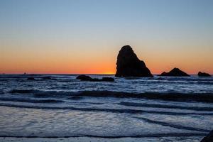 rocha imponente na costa de oregon foto