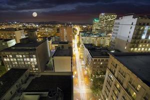 lua cheia nascendo sobre portland oregon foto