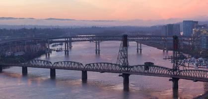 nascer do sol sobre pontes de portland oregon
