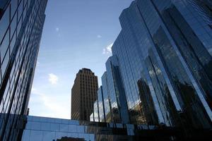 edifícios da cidade de manhã foto