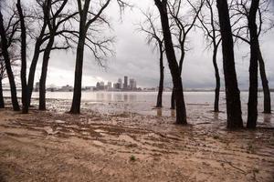 ohio rio margens do rio transbordando louisville kentucky inundações foto