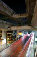 tráfego noturno de bangkok foto