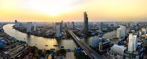 cidade de Banguecoque ao pôr do sol foto