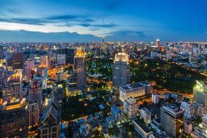 após o pôr do sol paisagem urbana de bangkok