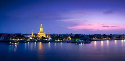 Templo de Wat Arun em Banguecoque, Tailândia foto