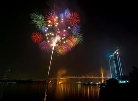 cena noturna de fogos de artifício multicoloridos, vista do rio na paisagem urbana de Banguecoque,