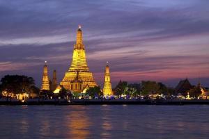 wat arun através do rio chao phraya foto