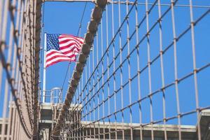 bandeira dos estados unidos no topo da ponte de brooklyn foto