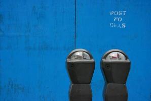 parkmeters sobre o azul foto