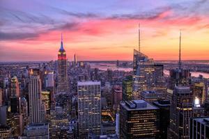 cidade de nova york midtown com empire state building ao pôr do sol foto