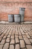 latas de lixo de paralelepípedos foto