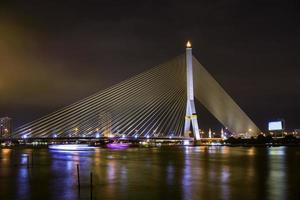 paisagem urbana de noite, ponte rama 8 em bangkok, thailnad foto