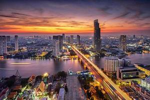cidade de Banguecoque ao pôr do sol (ponte taksin) foto