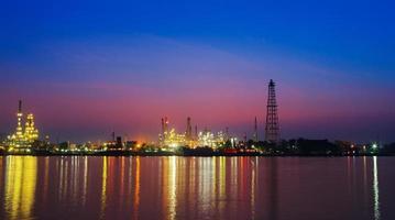 refinaria de petróleo no crepúsculo, rio chao phraya, tailândia
