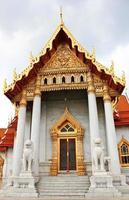 capela de mármore com estátua de dois leões foto