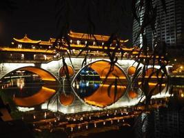 ponte de anshun à noite em chengdu foto