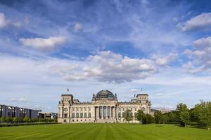 edifício do parlamento alemão (reichstag) em Berlim foto