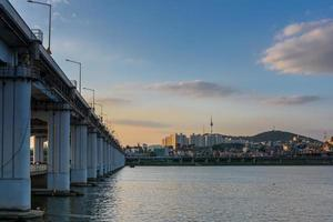 parque banpo hangang e torre de seul em seul, coreia do sul foto