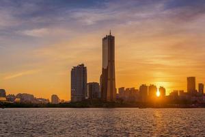 pôr do sol da cidade de seul, coreia do sul foto