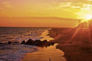 belo pôr do sol sobre a praia foto