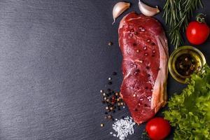 carne fresca crua bife de nova york. foto