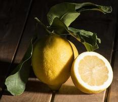 limão com folhas foto