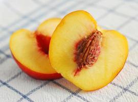 aufgeschnittener pfirsich foto
