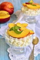 queijo cottage com nectarinas. foto