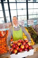 dono de supermercado com produtos frescos foto