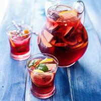sangria com frutas e enfeite de hortelã na xícara