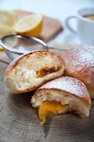 pães doces recém-assados com geléia foto